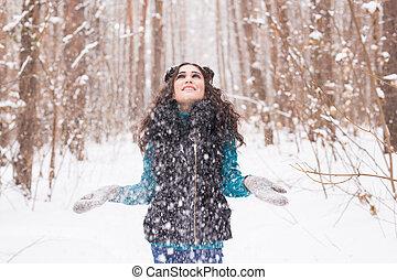 marche, femme, hiver, lancement, parc, avoir, ensoleillé, jeune, sourire, snow., dehors, amusement, portrait, froid, girl, jour