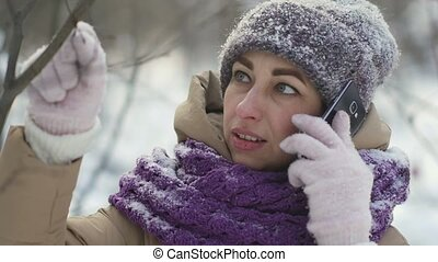 marche, femme, neige-couvert, hiver, conversation, téléphone, quoique, forêt, portrait, heureux