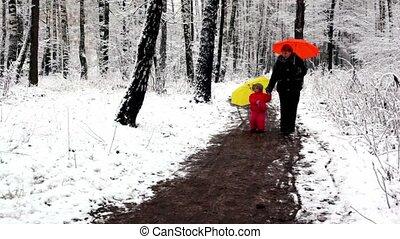 marche, femme, neige-couvert, parc tenant mains, girl