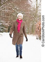 marche, femme, neigeux, pays boisé, par, personne agee