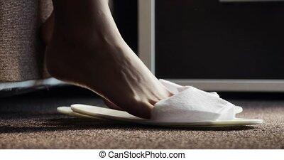 marche, femme, obtenir, délicatement, lit, pieds, orteils, femme, chambre à coucher, close-up., matin, dehors