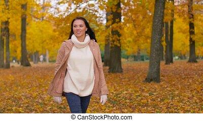 marche, femme, parc, jeune, automne, heureux