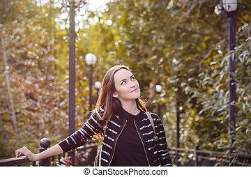 marche, femme, parc, jeune, automne, sourire heureux