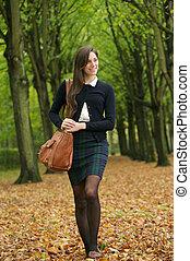 marche, femme, parc, jeune, jour automne