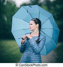 marche, femme, parc, pluvieux, day., séduisant