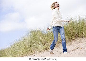 marche, femme, plage, sourire