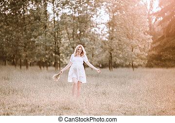 marche, femme, pregnant, ensoleillé, grande herbe, jour