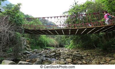 marche femme, randonnée, une, pont