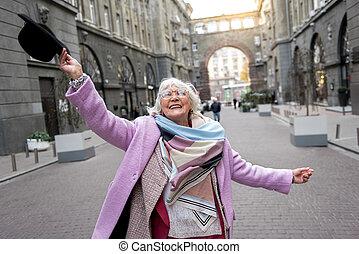 marche, femme, rue, plaisir, personne agee, heureux