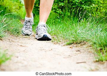 marche femme, sur, piste, dans, forêt