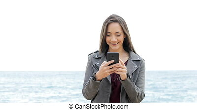 marche, femme, téléphone, utilisation, plage, heureux
