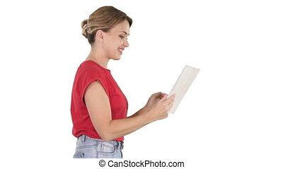 marche, femme, tablette, arrière-plan., numérique, utilisation, blanc, habillement, désinvolte