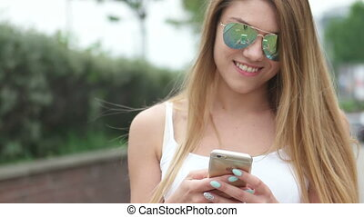 marche, femme, texting