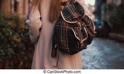 marche, femme, touriste, dépenser, sac à dos, jeune, dos, bas, joli, vacances, rue., girl, europe., vue