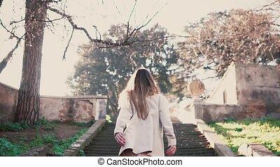 marche, femme, vieille ville, mode, printemps, escaliers., haut, lumière soleil, jeune, courant, clair, élégant, girl, morning.