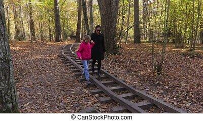 marche, fille, elle, parc, rails, par, cour de récréation, mère