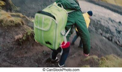 marche, groupe, camping, gens, sacs dos, jeune, rochers, river., aller, par, ensemble., amis