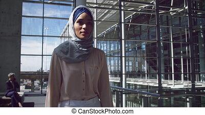 marche, hijab, couloir, femme affaires, 4k, bureau