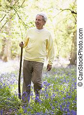 marche homme, dehors, à, marchant bâton, sourire