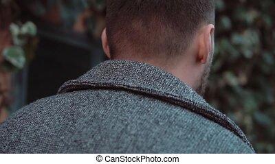 marche homme, soir, city., va, motion., jeune, dos, lent, par, rue., élégant, vieux, mâle, vue, barbe