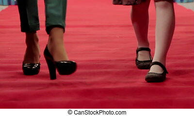 marche, jambes, moquette rouge