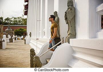 marche, jeune, bas, escalier, temple, homme