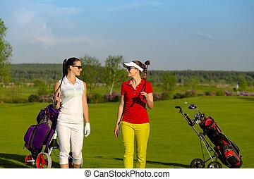 marche, joueurs golf, golf, deux, cours, joli, femmes