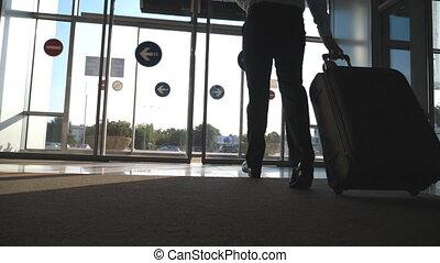 marche, luggage., rue, par, voyage, lent, soleil, voyage, arrière-plan., aller, rouleau, sien, porte, verre, wheels., homme, flamme, ou, mouvement, aéroport, valise, homme affaires, automatique, concept.
