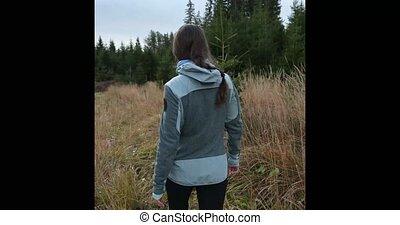 marche, meadow., travers, femme, forêt, pin, jeune