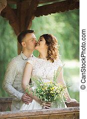 marche, nouveaux mariés, bouquet, couple, parc, leur, mariage, élégant, jour, heureux