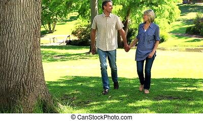 marche, parc, couple, heureux