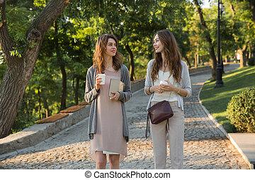 marche, parc, jeune, deux, café, dehors, boire, femmes, heureux