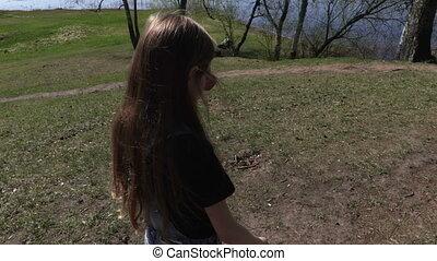 marche, parc, peu, appareil photo, concentrer, girl