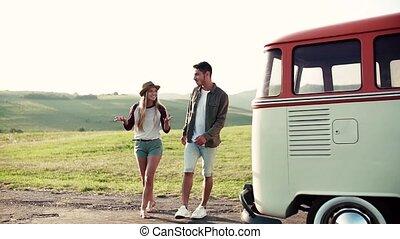 marche, parler., campagne, couple, jeune, roadtrip, par