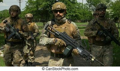 marche, patrouille, secteur, formation, une, leur, dehors, closeup, tenue, équipe, rural, militaire, fusils
