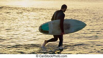 marche, pendant, côté, vue mer, mâle, surfeur, coucher soleil, caucasien, 4k, planche surf, mi-adulte