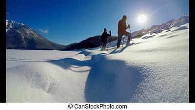 marche, pendant, couple, neigeux, skieur, paysage hiver, 4k