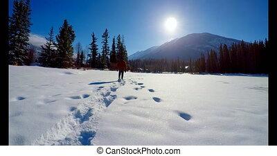 marche, pendant, hiver, neigeux, paysage, homme, 4k