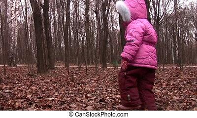 marche, petite fille, dans, hiver, parc