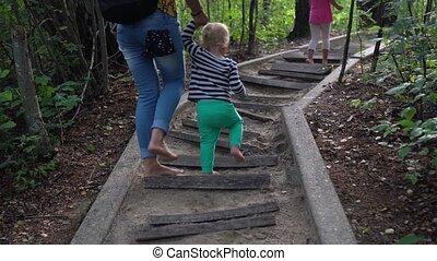 marche, peu, sain, fille fils, mère, sentier, pieds nue