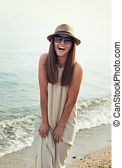 marche, plage., hipster, mer, fille souriant
