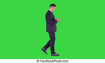 marche, positif, chroma, jeune, écran, homme affaires, vert, key., liste contrôle, confection, caucasien