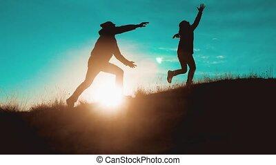 marche, randonnée, deux, saut, aller, sacs dos, voyage, bonheur, voyage, surmonter, silhouette., difficultés, collaboration, touristes, montagnes, course, success., hommes, aventure, style de vie, marche., randonneurs, chien, coucher soleil, victoire