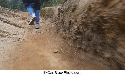 marche, randonnée, pieds, par, canyon., femme, fin, girl, touriste, montagne, angle, aller, espadrilles, bas, jambes, femme, road., imperméable, trail., pierre, rocheux, haut, suivre, étroit, vue