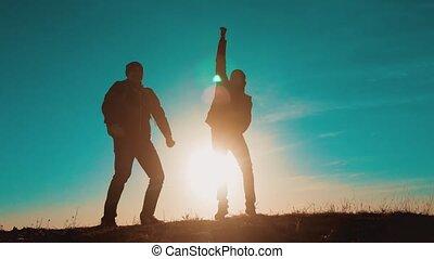 marche, randonnée, saut, aller, sacs dos, bonheur, trip., voyage, deux, silhouette., collaboration, touristes, montagnes, course, hommes, aventure, style de vie, marche., randonneurs, chien, coucher soleil, victoire