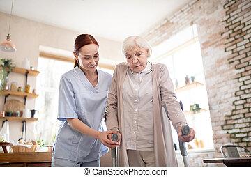 marche, retraité, caregiver, debout, béquilles