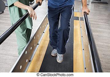 marche, soutien, barres, physiotherapis, femme, homme aîné