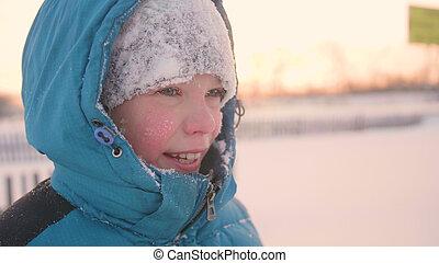 marche, style de vie, hiver, sain, parc, air., figure, adolescent, temps, sourire, closeup., ouvert, sunset.