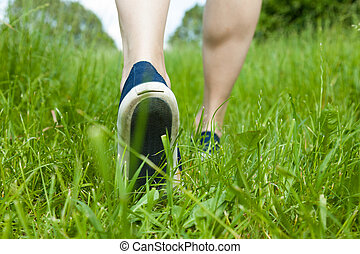 marche, sur, herbe verte, dans, chaussures sport