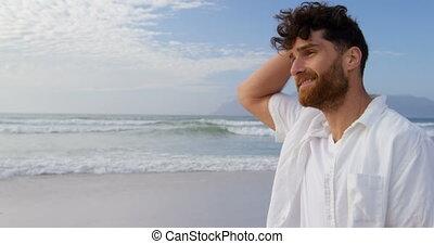 marche, vue côté, ensoleillé, regarder, caucasien, homme, 4k, jour, jeune, autour de, plage